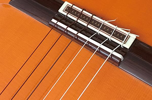 アクイーラ ルビーノを張ったクラシックギター